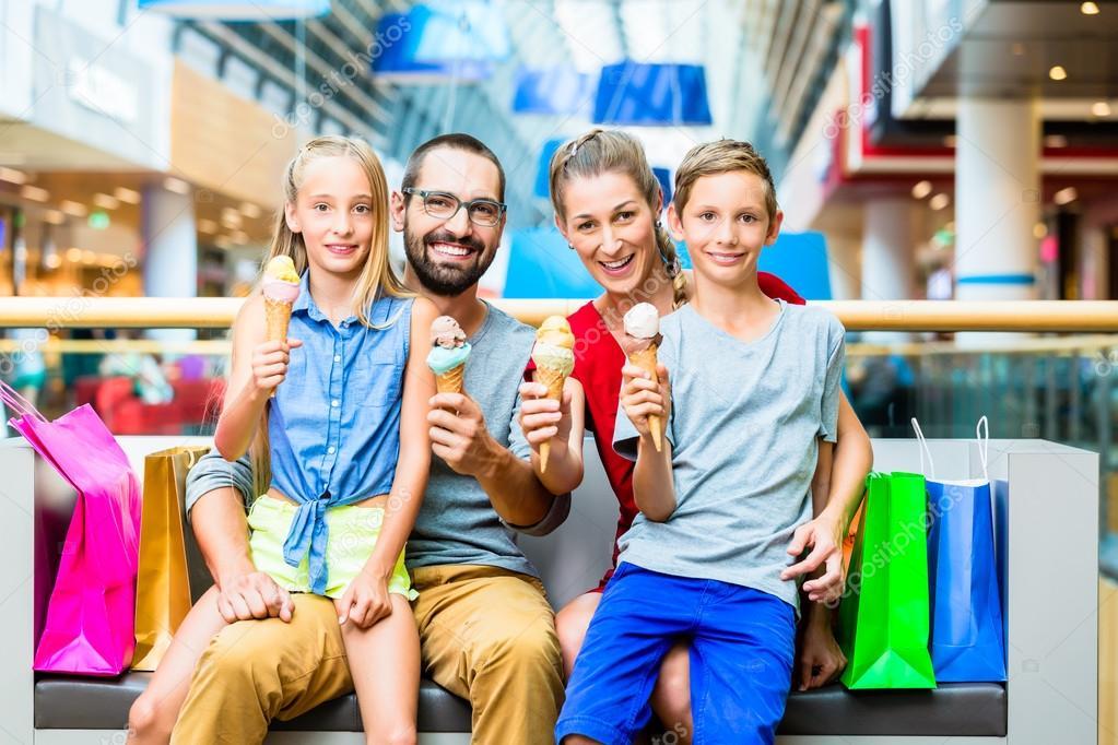 Familia comiendo helado en el centro comercial con bolsas - Centro comercial moda shoping ...