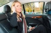 Žena, která řídila v taxíku, ona je na telefonu