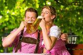 Fotografie Glückliches Paar trinkt Bier im Biergarten