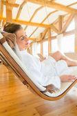 Žena na wellness lázní lehátko relaxační