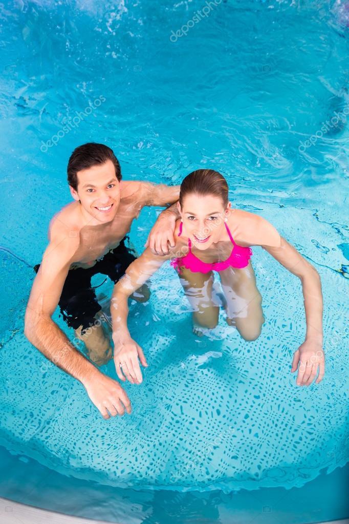Pareja ba ndose en la piscina foto de stock kzenon for Alberca para 8 personas