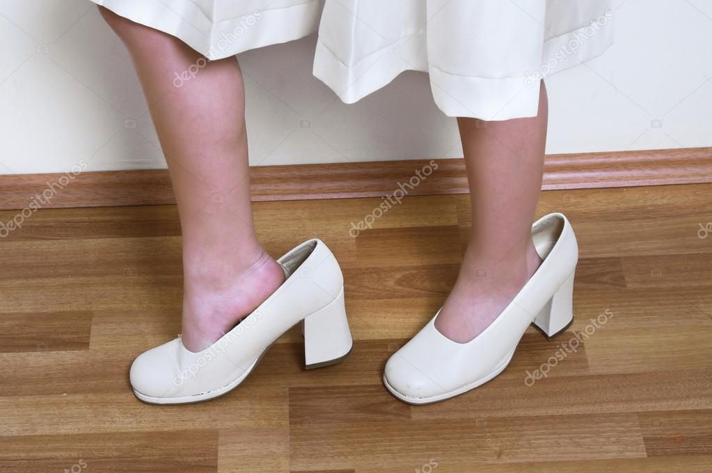 e6e7421c0 sapatos grandes na criança — Stock Photo © goglik83  90684254