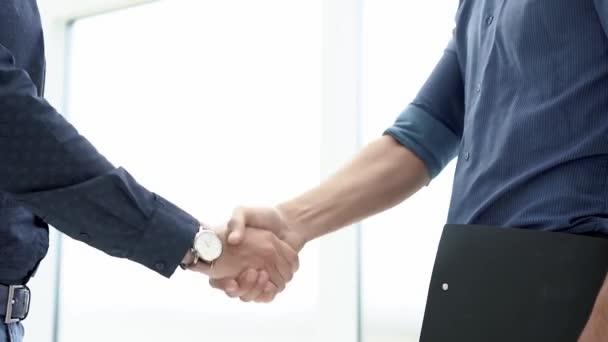 obchodníci si navzájem potřásají rukama. zavřít.