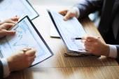 Bankovnictví, obchodní nebo finanční analytik plochy účetní grafy, pera označuje grafiky