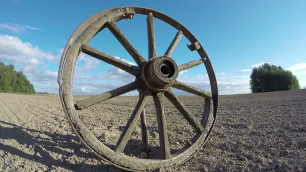 Starožitné dřevěné kolo v poli, čas zanikla 4k