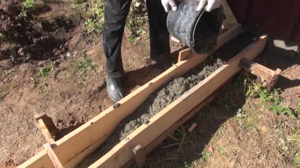 Muž vylévající beton pro stavby