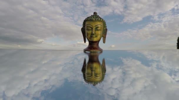 Socha Buddha hlavu na zrcadlo a obloha mraky, časová prodleva 4k