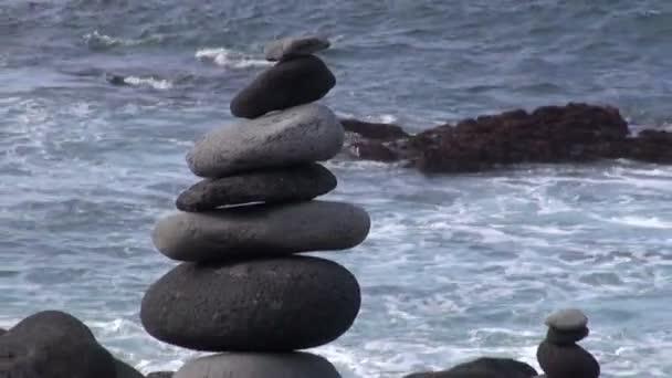 Dekorativně umístěny lávovými kameny