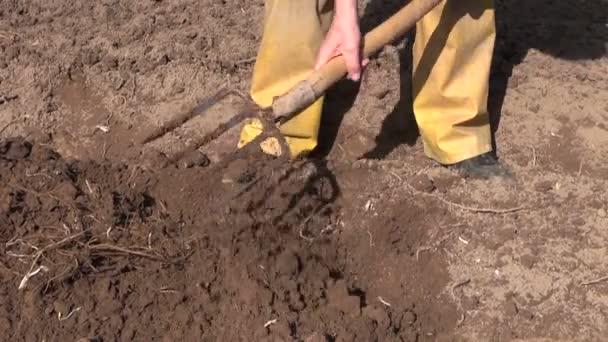 Gärtner Graben Frühling Boden mit Gabel