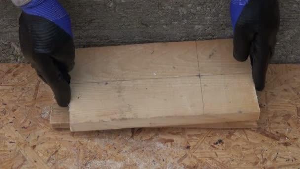 Vrtání velkou díru na dřevěné prkno pro ptačí dům