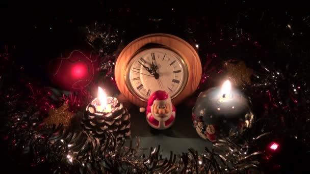 Karácsonyi újévi díszek, a gyertyák az asztalon