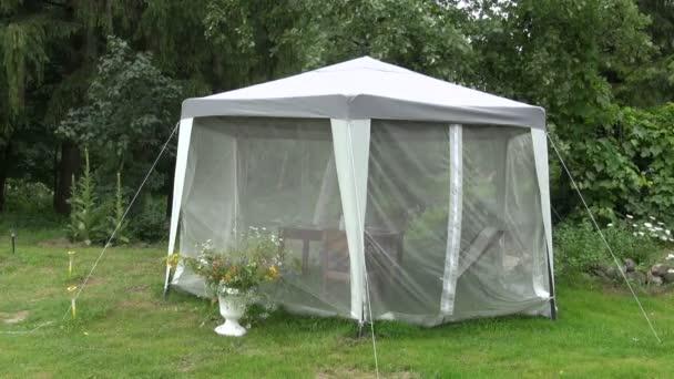 Piknik stan v zahradě farmy s ochranou proti hmyzu