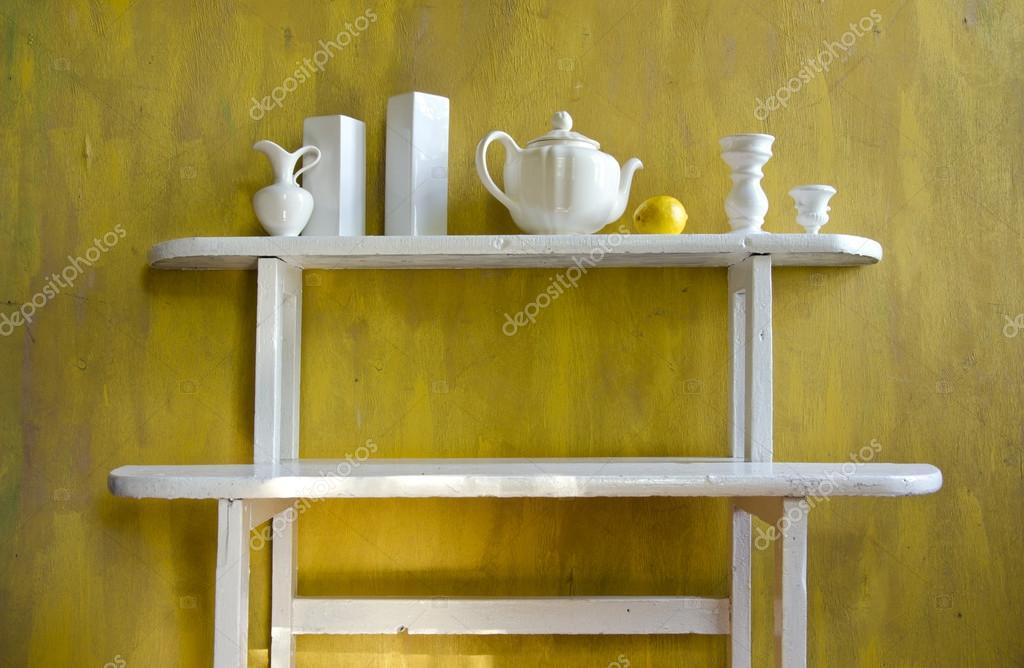 mensola in legno vecchio bianca con vari piatti in ceramica ? foto ... - Mensole Con Legno Vecchio