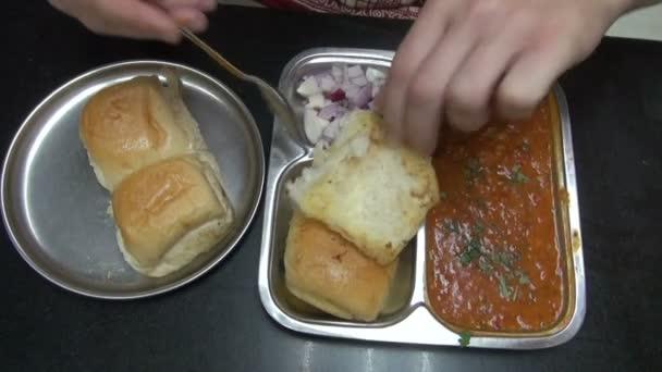 Tourist, jíst indické jídlo v restauraci