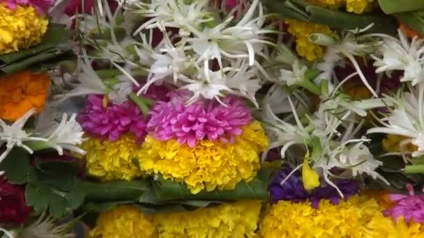 krásné čerstvé květiny věnce v Asii trhu, Bombaj, Indie