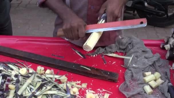 Felkészülés a cukornád darab piacának Mumbai, India