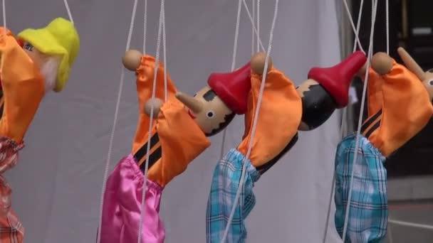 Dřevěné barevné dolls loutek marionet v trhu