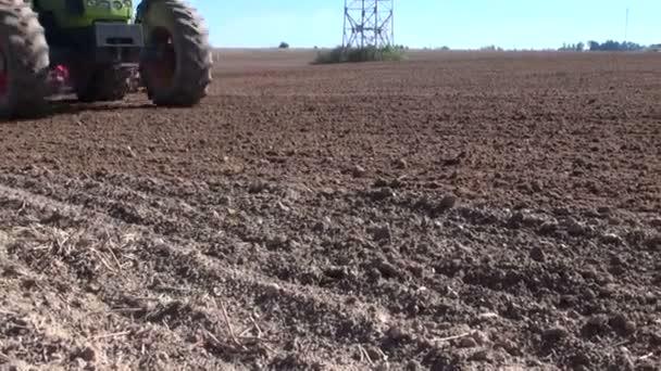Campo di coltivazione di trattore agricolo