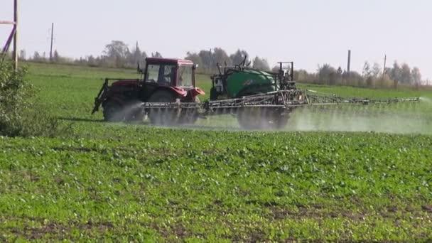 Traktor sprej oplodnit plodiny pole s chemickými látkami herbicid, insekticid pesticidů