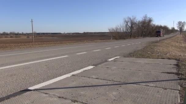Domi asfaltové venkovské silnici s dřevěnou protokoly