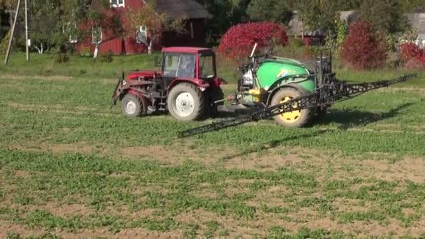tahač s postřikovače na podzimní zemědělských plodin řepkové pole