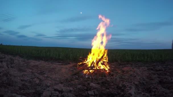 Večer noc ohně na hřišti. Časová prodleva 4k
