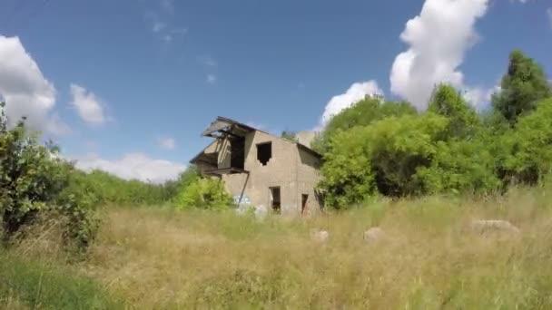 Zřícenina domu v poli, timelapse 4k