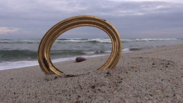 Tengeri tájkép keresztül üres kerek keret