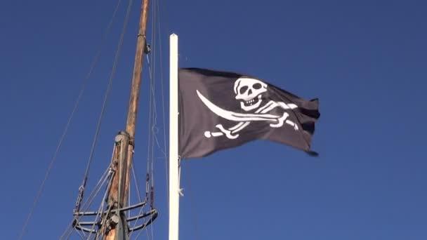 Bandiera pirata nera ondeggiante al vento sulla nave