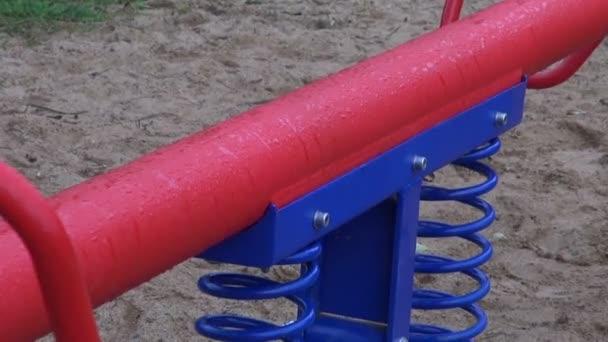 Moderne Kinderschaukeln auf Spielplatz