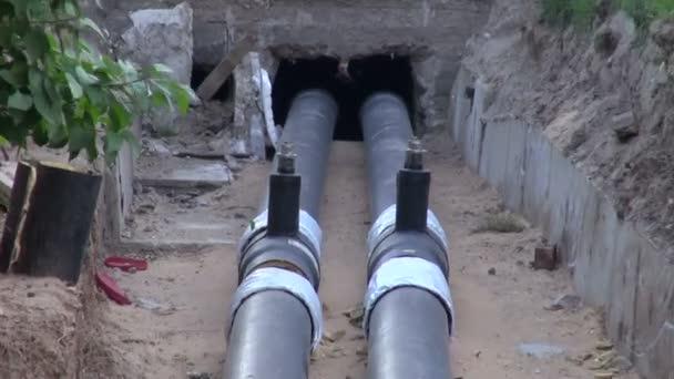 2 nové vodovodní potrubí topení v příkopu, do domu