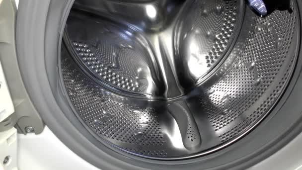 In der Waschmaschine ist ein elektrisches Leck. Der Indikator zeigt das Vorhandensein von Spannung.