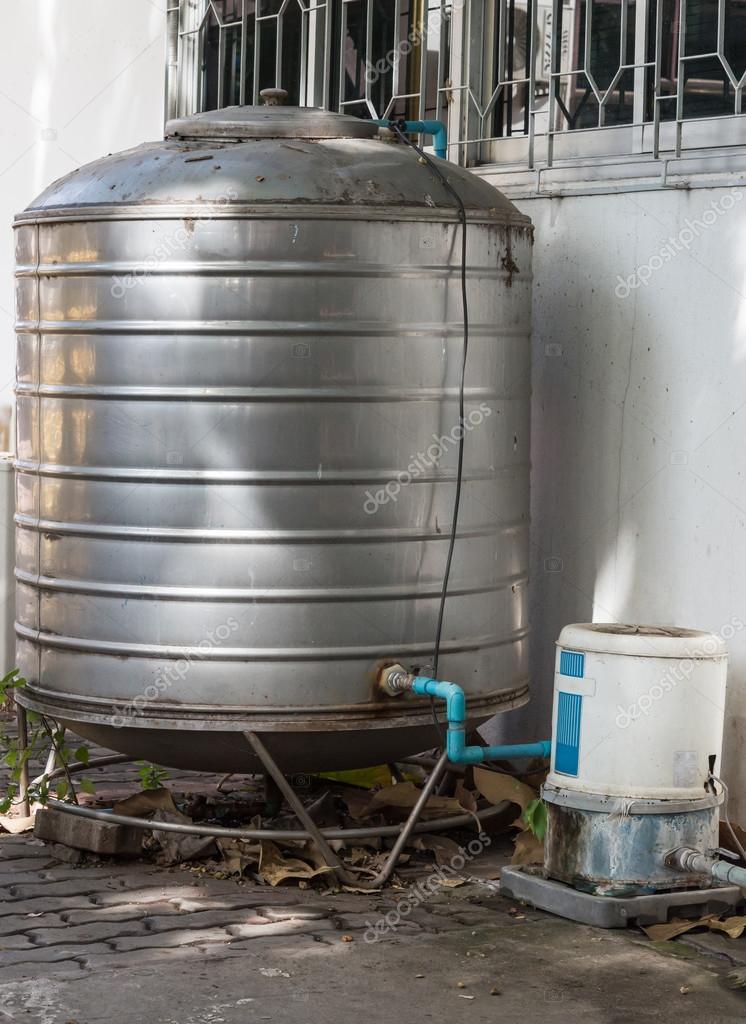 Dodatkowe Stary zbiornik ze stali nierdzewnej — Zdjęcie stockowe FQ33