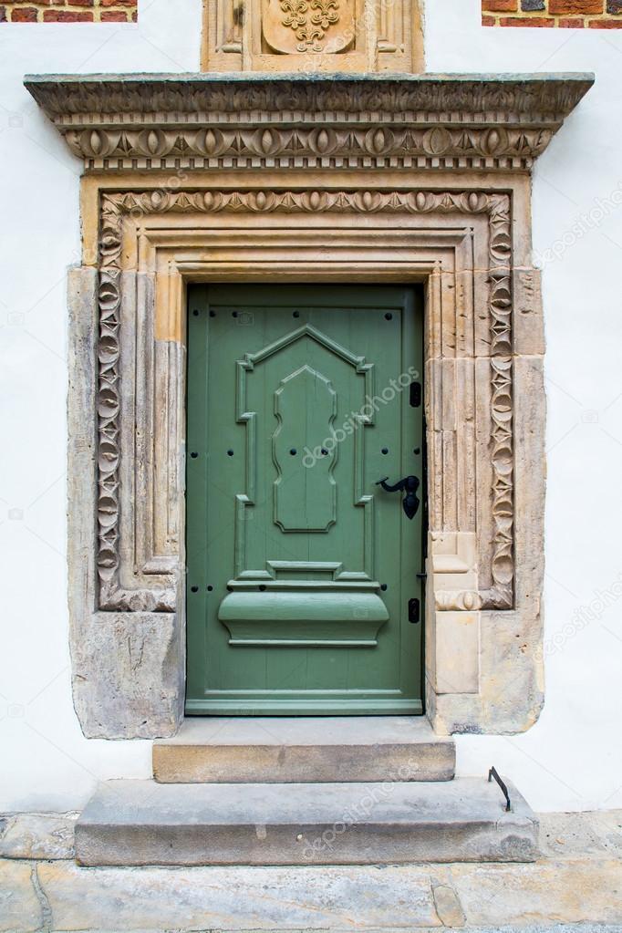 Puertas viejas de madera verdes fotos de stock for Puertas viejas de madera