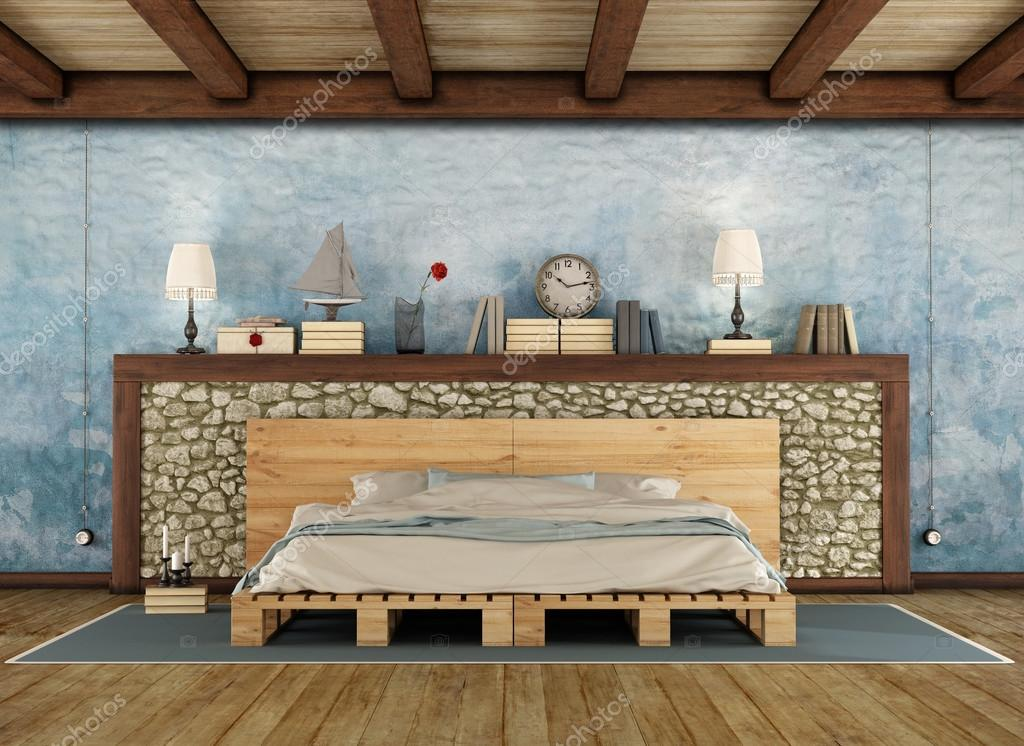 Rustieke slaapkamer met tweepersoonsbed van de pallet — Stockfoto ...