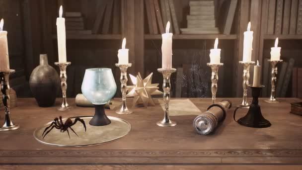 Alchemisten Tisch mit Büchern mit alten Rezepten, alten Schriftrollen, menschlichem Schädel, Kröte, Spinnen und alchemistischem Qualmtrank. Die Animation ist für Fantasie, magische oder historische Hintergründe.