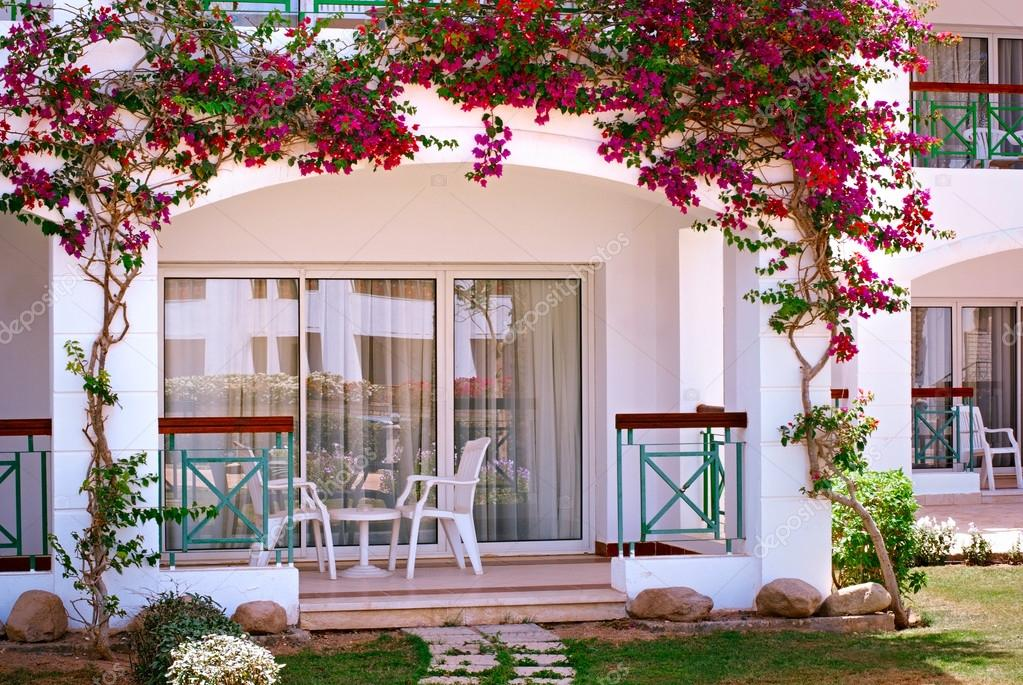 Fotos Balcones Con Flores Fachada Del Hotel Con Balcones Y - Fotos-de-balcones-con-flores