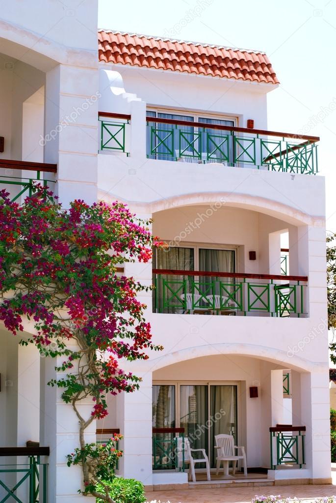 Fachada del hotel con balcones y ventanas decorados con for Precios de toldos para balcones