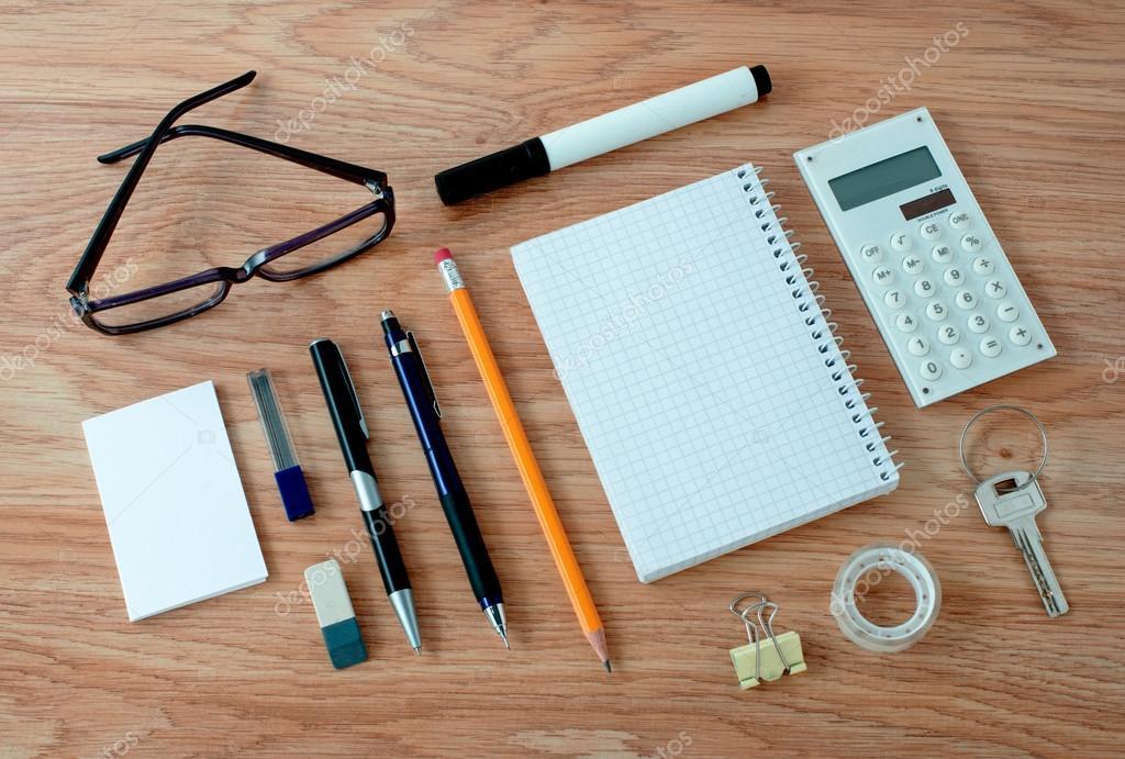 Kantoorbenodigdheden gerangschikt rond notebook op bureau