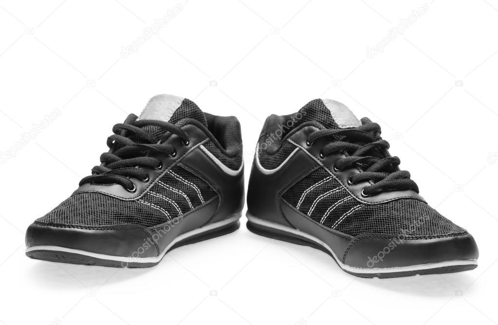 59cd51cafd9 Ένα ζευγάρι μαύρα αθλητικά παπούτσια με κορδόνια σε λευκό φόντο — Εικόνα από  ...