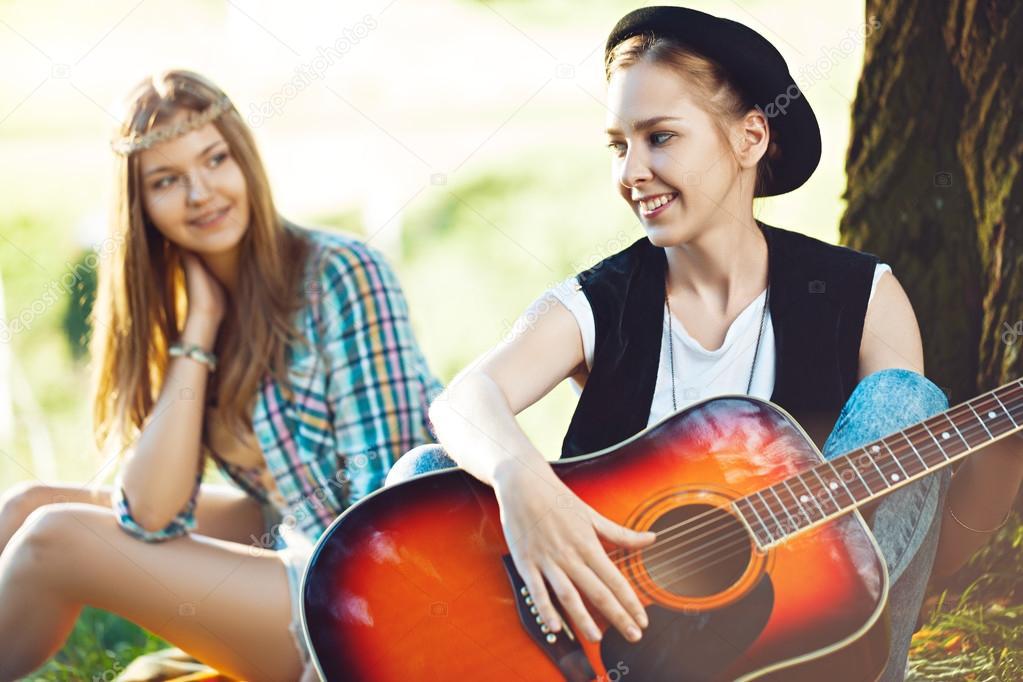 Ореолы телочки играют на гитаре мжм блондинками телка