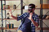 Muž s zábavné použití bílé virtuální realita brýle