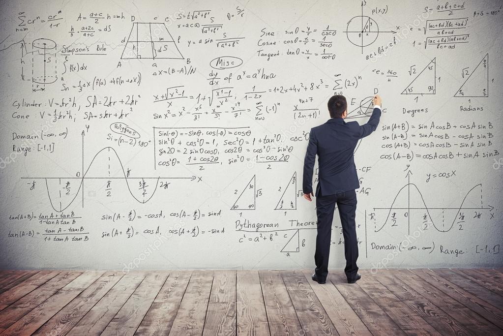 Mann ist die Lösung von mathematischen Aufgaben an die Wand ...