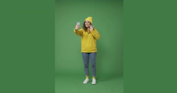 Boldog nő video chat segítségével mobiltelefon