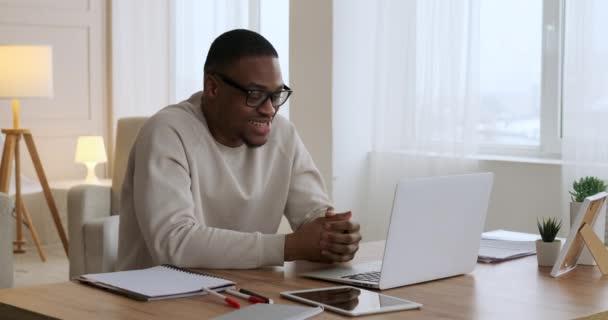 Mann chattet mit Laptop