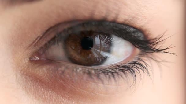 Mrkající oko ženy