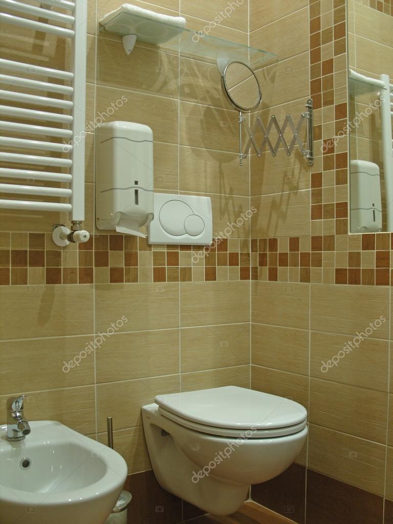 pequeño cuarto de baño barato — Fotos de Stock © gilas #112582766