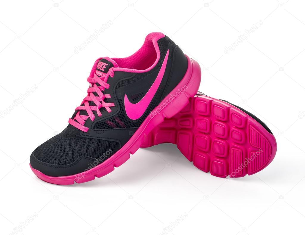 sports shoes 5f3ce 7e802 Chisinau, Moldova-27 de mayo de 2015 Nike dama - las mujeres  funcionamiento zapatos - zapatillas - entrenadores, gris y rosa, mostrando  al Nike swoosh logo ...