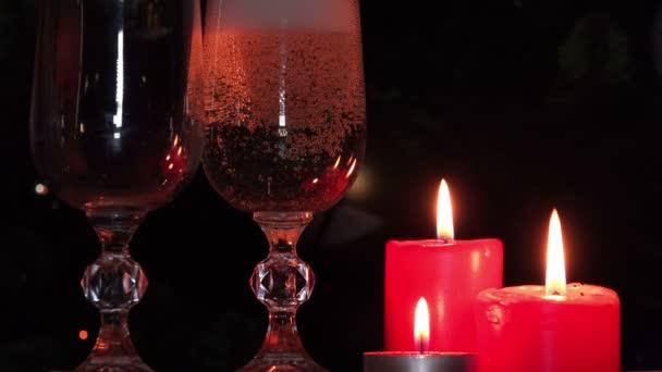 Pohár pezsgő és karácsonyi gyertyák