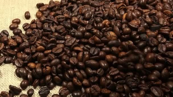 klesající pražená kávová zrna